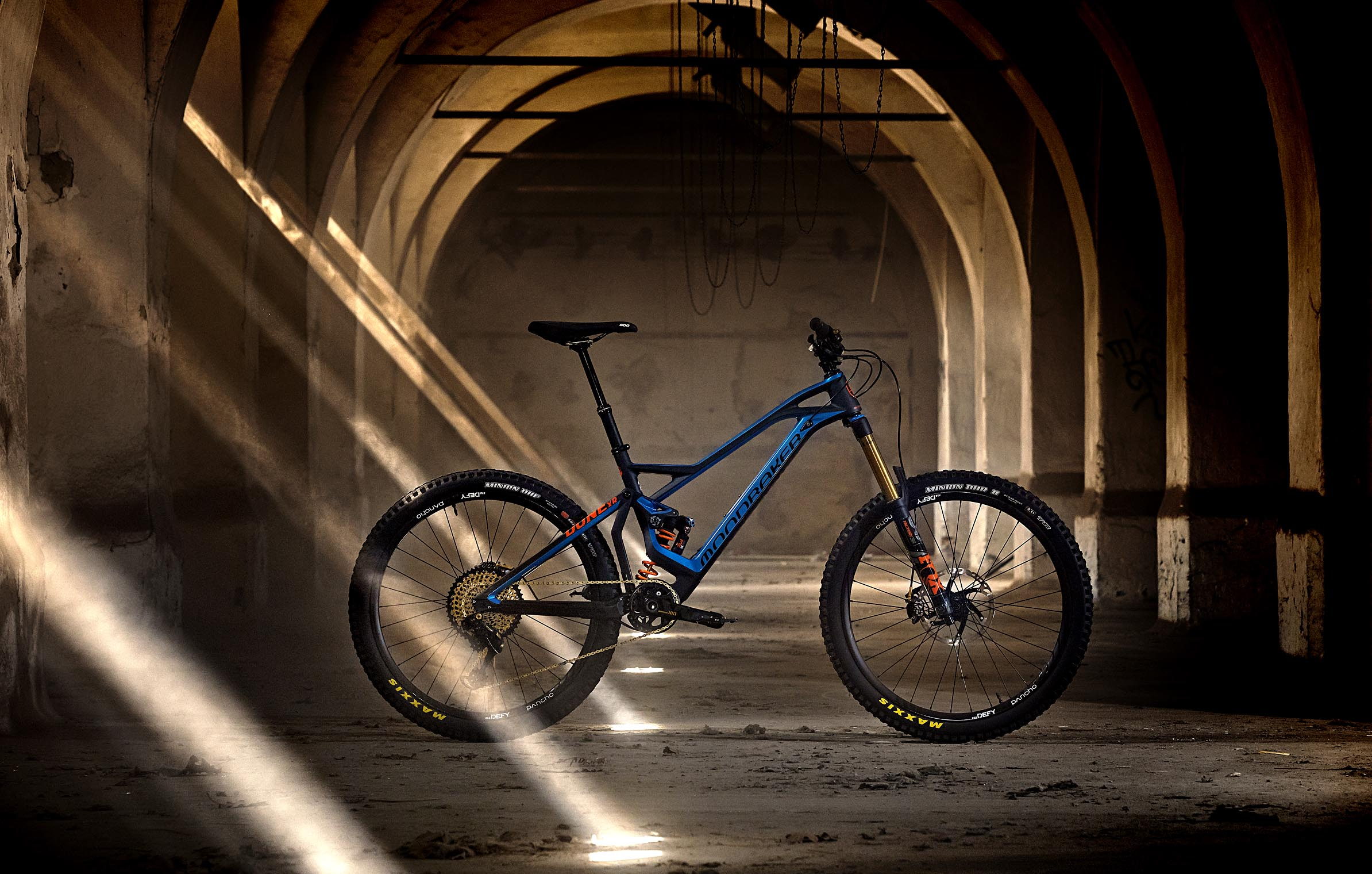 mondraker_lemur_bike_and_bones_dune_custom_bike_mtb_enduro_2graz