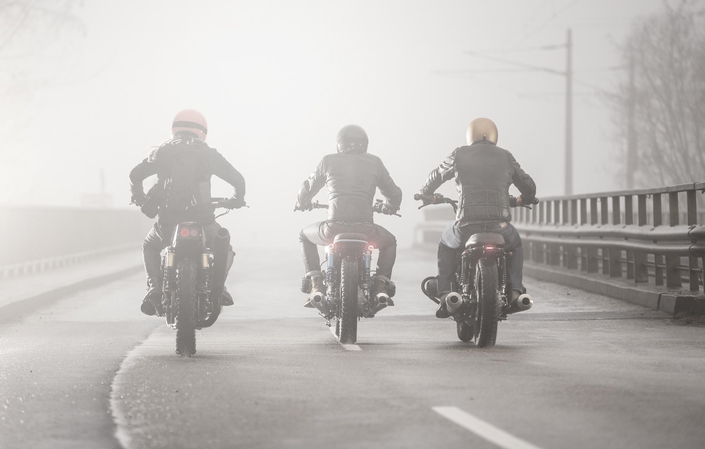 titan_roadtrip_motorcycles_beforeridingchat_street_three_bmw_kawa_foggy_morning_back
