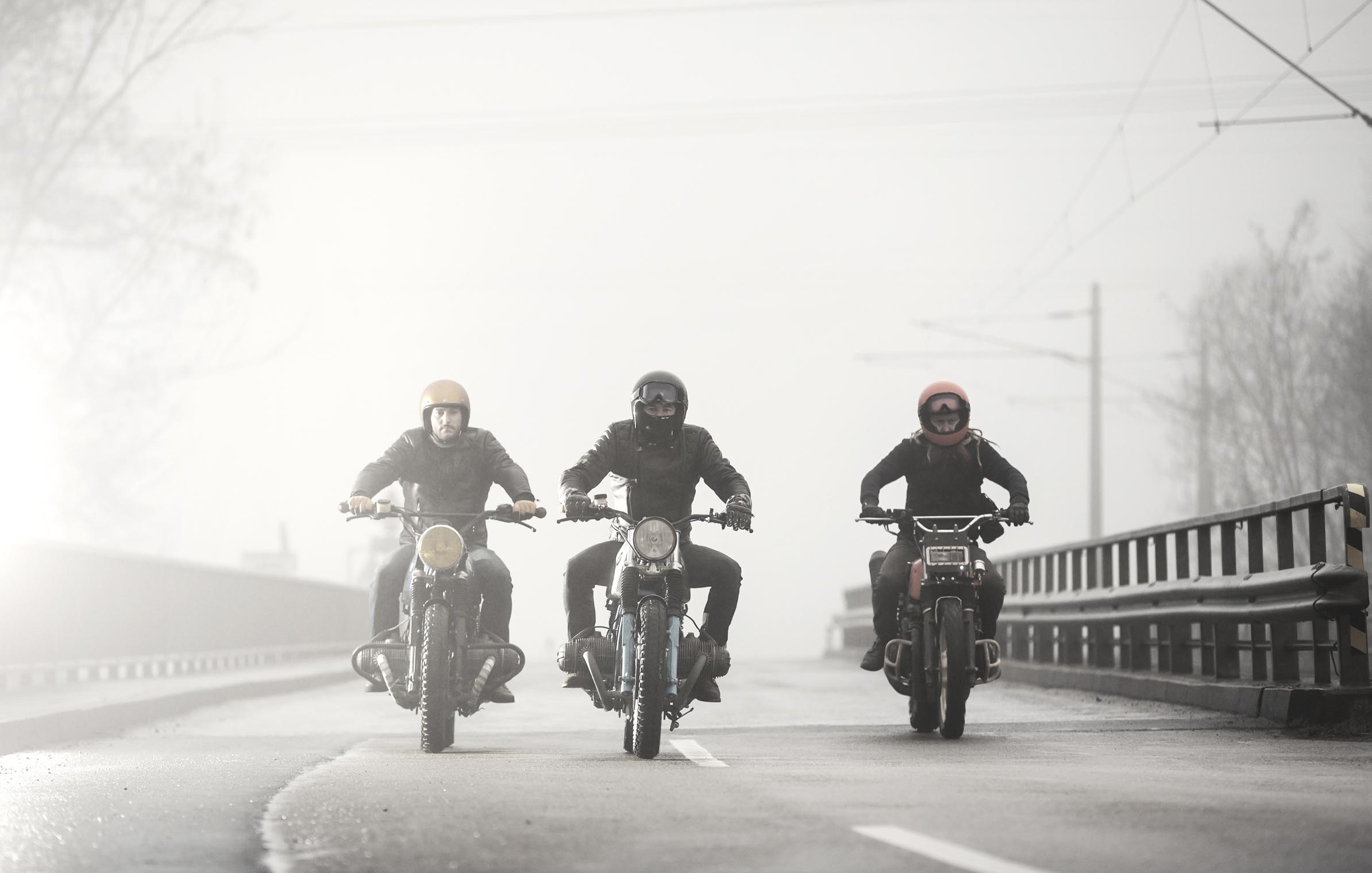 titan_roadtrip_motorcycles_riding_street_three_bmw_kawa_foggy_morning