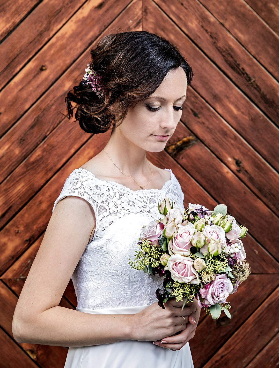 wedding_thomas_simone_bride_dress_flowers_smile2