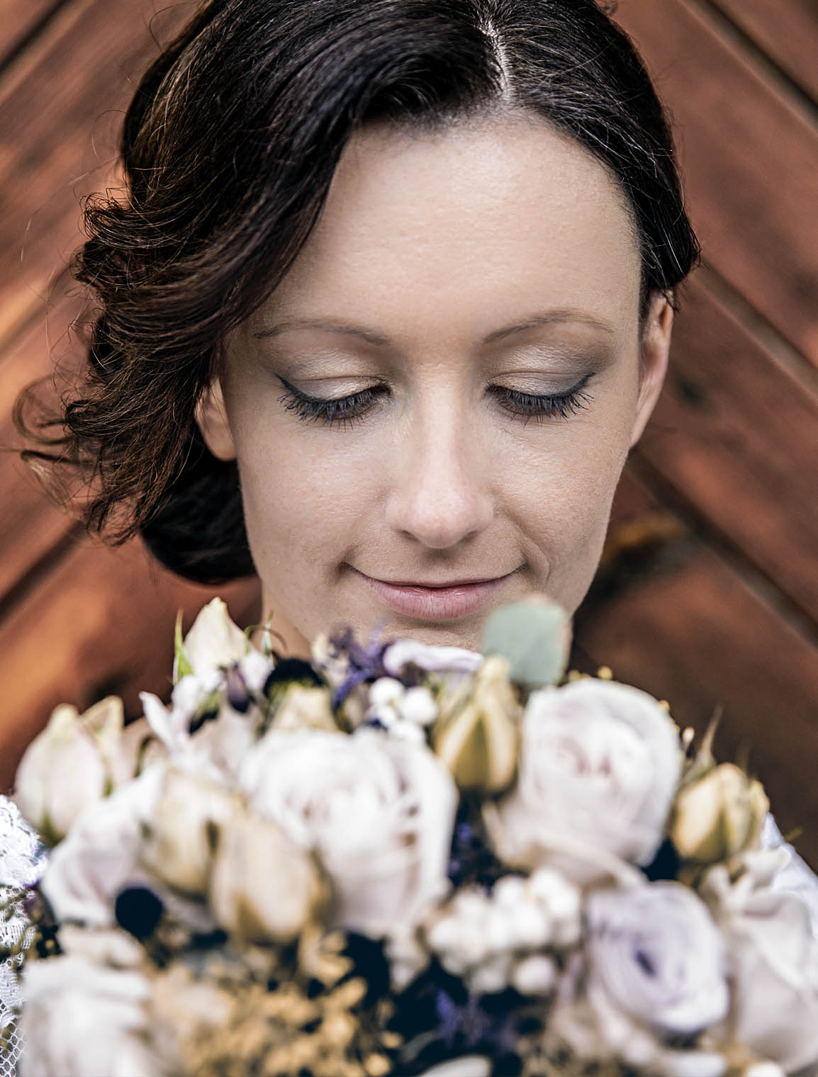 wedding_thomas_simone_bride_face_flowers_smile