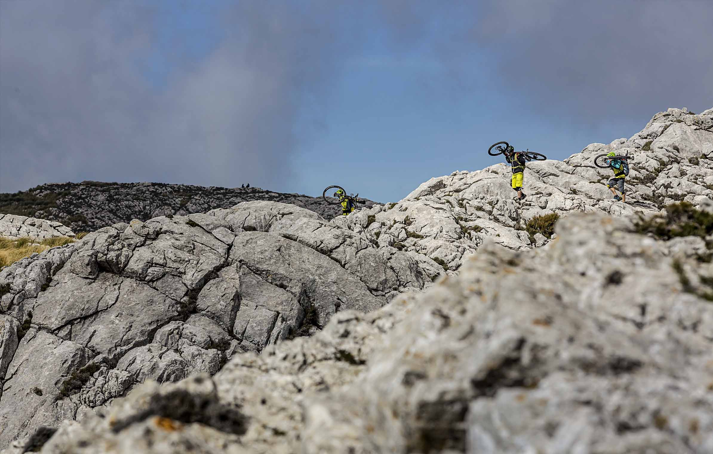 into_the_wild_bike_mountain_adventure_mallorca_michi_perkonigg_berg_schauer