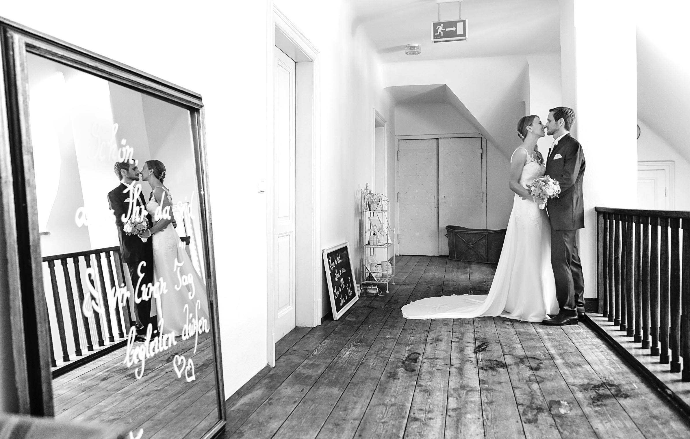 corinna_robrert_hochzeit_wedding_braut_bräutigam_kiss_indoor_mirror_bride_groom_frame_aiola