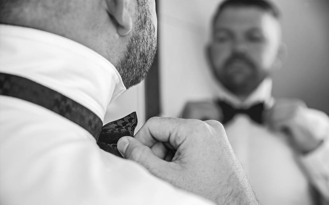 wedding_thomas_simone_mrandmrs_bow_tie_getting_ready_husband_groom_bräutigam_spiegel